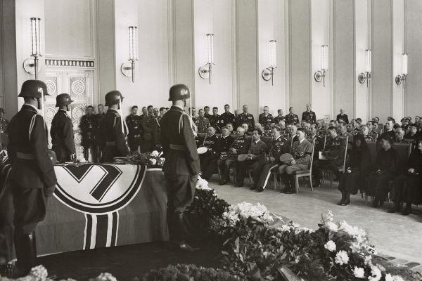 Joseph Goebbels ascendeu rapidamente na hierarquia nazista. Na imagem, Goebbels é o segundo à esquerda de Hitler, sentado na primeira fileira de cadeiras.[1]