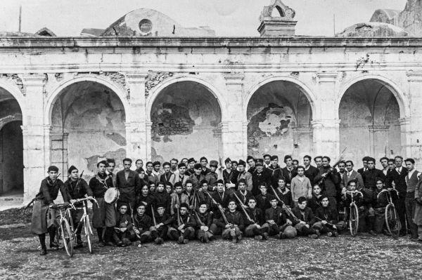 O fascismo italiano ficou marcado pelas milícias de camisas negras que perseguiam e agrediam seus opositores.[1]