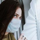 Mulher com máscara cobrindo o nariz e a boca