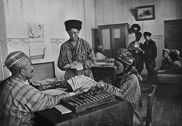 Trabalhadores do Turcomenistão recebendo sua parte em dinheiro referente ao seu trabalho em uma fazenda coletiva.