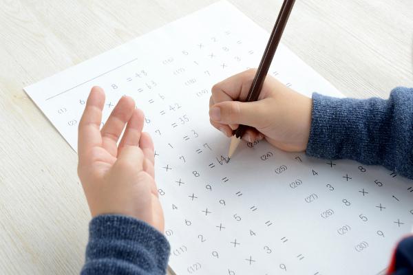 Na tabuada, aplicamos algumas propriedades da multiplicação para facilitar o cálculo e a memorização.