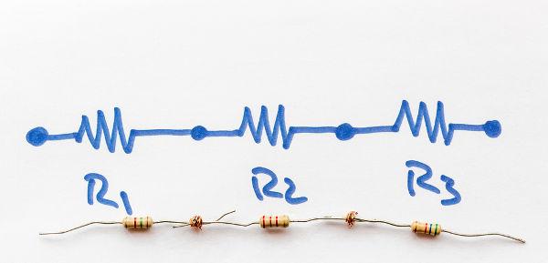 Na ligação em série, a corrente elétrica é igual para todos os resistores.