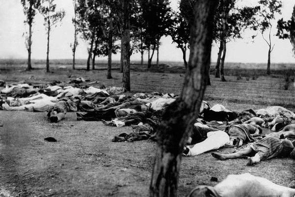 IMAGEM FORTE O genocídio armênio foi realizado pelos otomanos durante as décadas de 1910 e 1920, resultando na morte de 1,5 milhão de pessoas. [1]