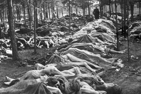 """IMAGEM FORTE Os horrores do Holocausto levaram um advogado judeu a criar a palavra """"genocídio"""" [1]"""