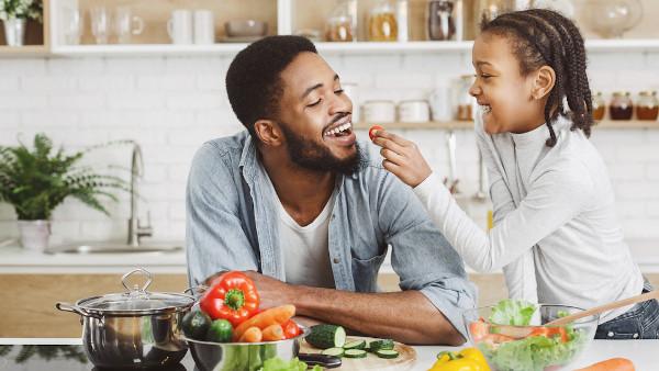 Uma alimentação saudável é fundamental para proteger nosso corpo contra infecções e evitar outros problemas de saúde, como a obesidade.