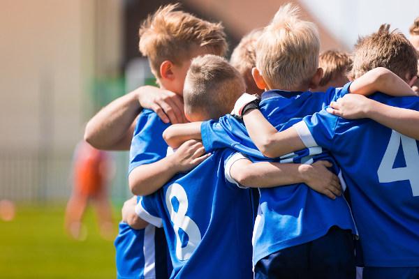 A prática de esportes ajuda a criança a aprender a trabalhar em equipe.