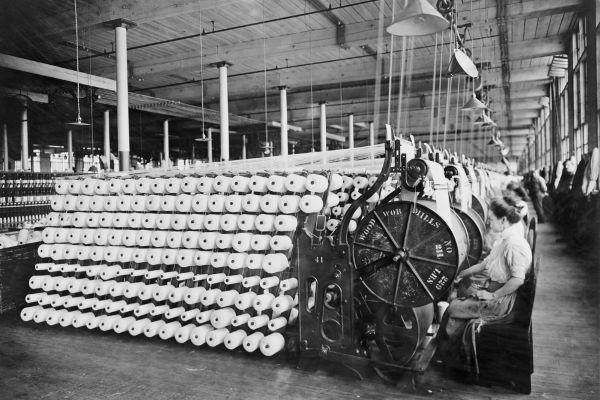 A primeira área a desenvolver-se com a Revolução Industrial foi a indústria têxtil.