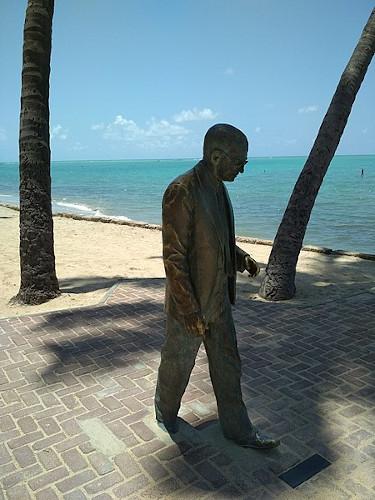 Estátua de Graciliano Ramos em Ponta Verde, Maceió. [4]