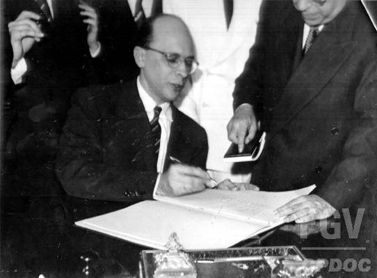Deputado Gustavo Capanema (PSD-MG) assinando a Constituição de 1946. [1]