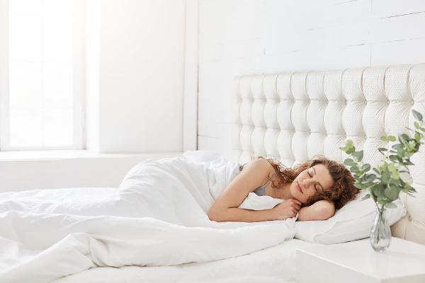 Dormir bem melhora nosso sistema imunológico, deixando nosso corpo mais protegido contra infecções.