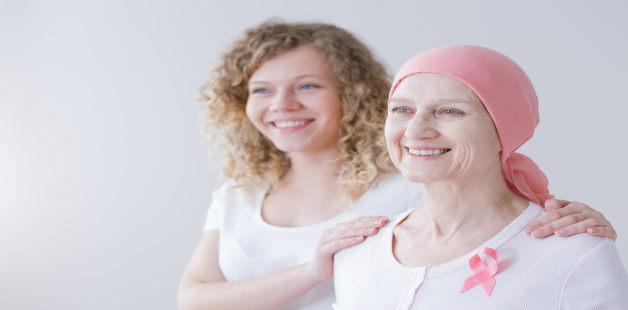 Mulher abraça outra mulher com lenço na cabeça