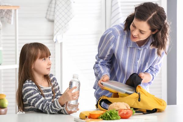 Levar uma garrafinha de água para a escola ajuda a melhorar o consumo dessa substância.