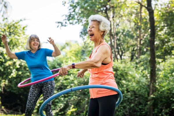 Manter-se feliz e positivo diante da vida também é uma forma de ter saúde.