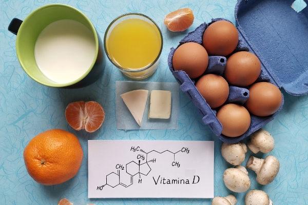 A vitamina D pode ser obtida na alimentação, mas também é produzida em nosso corpo.