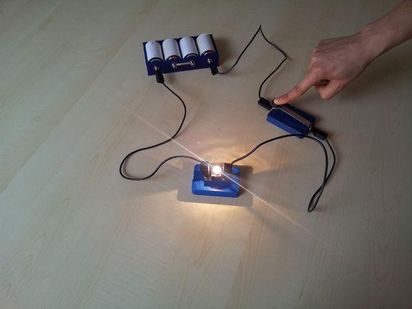 Em circuitos simples, como o da imagem, a lei de Pouillet é usada para calcular a corrente elétrica.