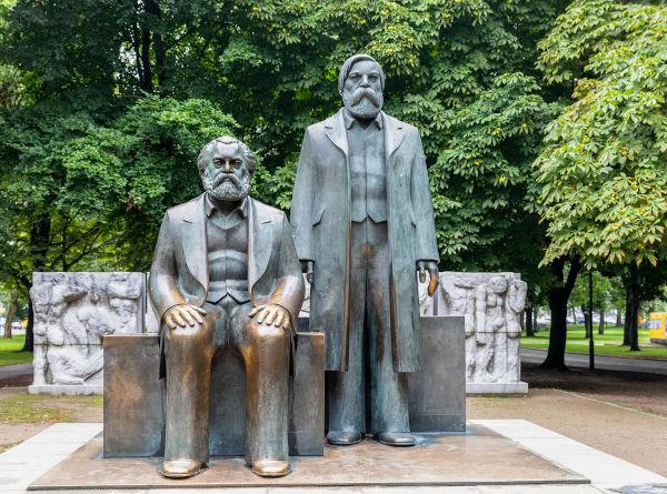 Engels, que aparece nesta estátua em pé, lançou junto a Marx dois livros que tratam bem sobre a consciência de classe. [1]