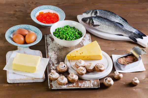 Alimentos como peixes, ovos e produtos à base de leite são fontes de vitamina D.