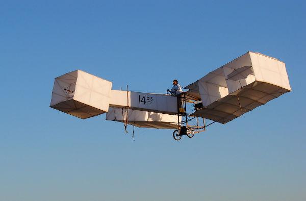 O aeroplano 14-Bis foi um dos projetos mais famosos de Santos Dumont, e com ele o aviador brasileiro conseguiu um voo de 220 metros.[2]