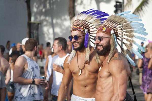 Jovens no Carnaval do Rio de Janeiro usando adornos típicos de povos nativos americanos. |1|