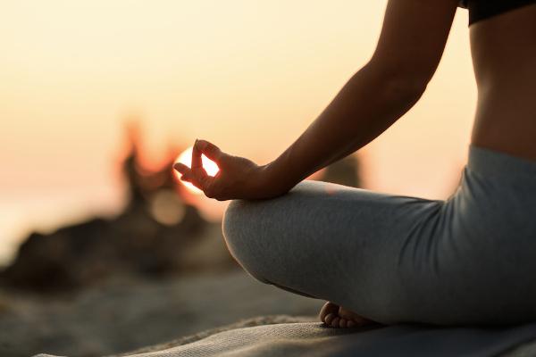 Meditação e ioga podem ajudar a melhorar a respiração e prevenir crises de ansiedade.