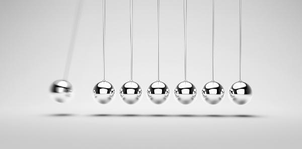 O pêndulo de Newton é utilizado para demonstrar a transferência da quantidade de movimento.