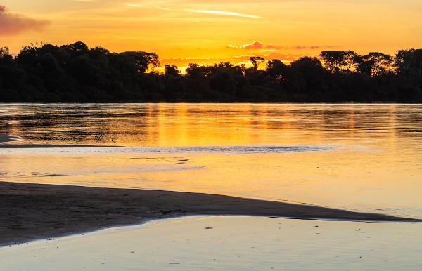 Pôr do sol no Rio Araguaia, em Goiás.