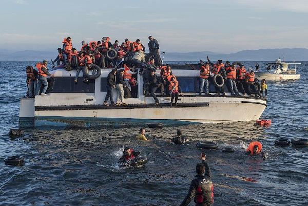 Refugiados sírios e iraquianos chegando da Turquia à Ilha de Lesbos (Grécia, 2015) e sendo ajudados por uma ONG espanhola (Proactiva Open Arms). [2]
