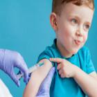Criança sendo vacinada