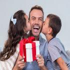 Casal de filhos beija o pai