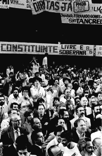 Manifestação pedindo eleição direta para presidente da república no plenário da Câmara dos Deputados (1984). [1]