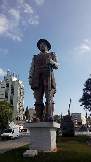 Monumento de Borba Gato localizado na Avenida Santo Amaro, em São Paulo. O bandeirante lutou contra os estrangeiros na Guerra dos Emboabas. [1]