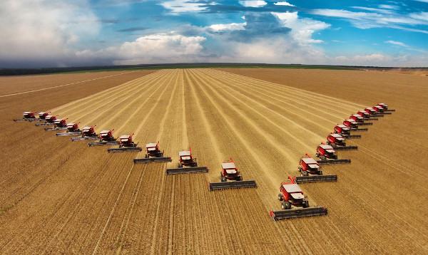 A tecnologia é algo marcante no agronegócio. Colheitadeiras na plantação de soja, em Mato Grosso.