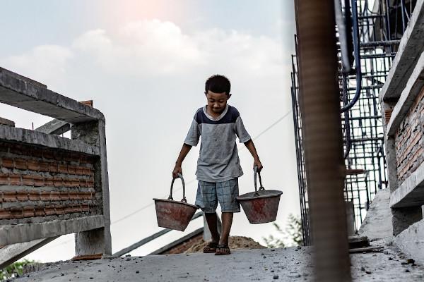 A exploração do trabalho infantil é crime no Brasil, mas ainda falta fiscalização e assistência às crianças.