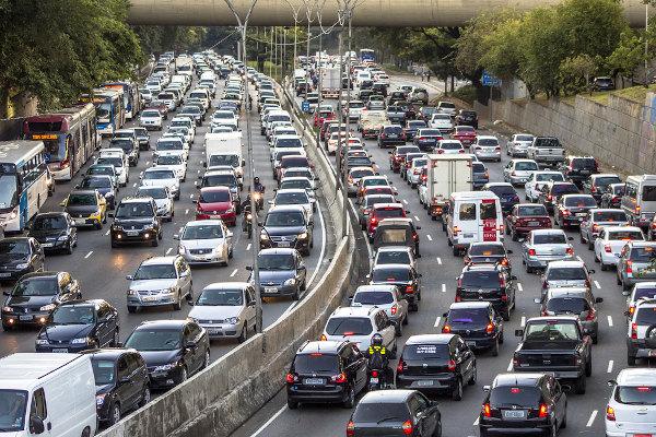 O grande número de veículos nas ruas é um dos grandes desafios para as políticas de trânsito no Brasil.[2]