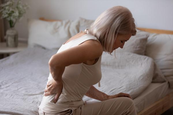 A osteoporose é mais comum em mulheres na pós-menopausa.