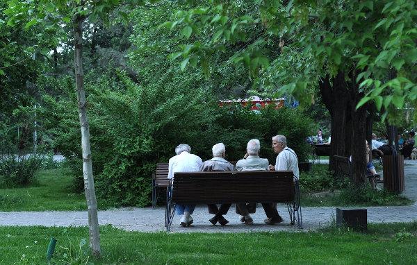 A infraestrutura das cidades contribui para a qualidade de vida. Na foto, grupo de idosos em uma praça, em Bucareste, Romênia. [2]