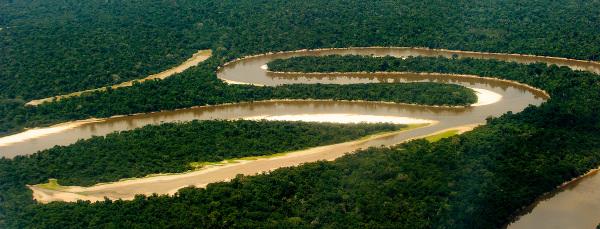 Vista aérea do Rio Amazonas, que é do tipo meandro.