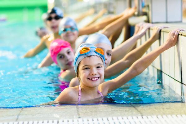 A prática de atividades físicas pode evitar a obesidade infantil.