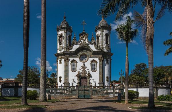 A prosperidade do ouro permitiu que associações religiosas leigas investissem na construção de igrejas, como a Igreja São Francisco de Assis.