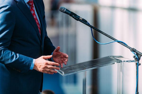 O vereador é um agente político que representa o povo no Legislativo municipal. A atuação do vereador se dá, então, somente dentro de uma cidade.