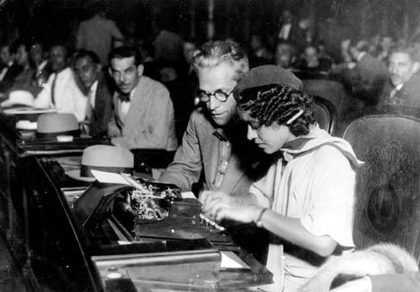 A Constituição de 1934 garantiu o voto feminino, abrindo espaço para a participação das mulheres na vida política brasileira. [1]