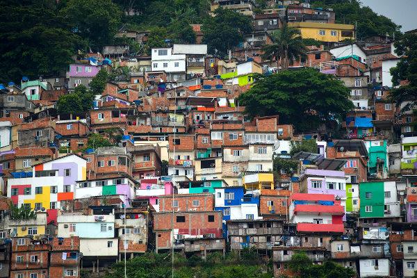 O crescimento das favelas é uma das consequências do aumento da pobreza urbana no Brasil.