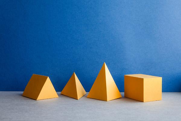 Os poliedros são sólidos geométricos cujas faces são polígonos.