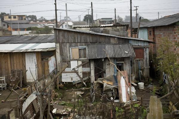 A falta de acesso a serviços básicos, como saneamento, é um dos fatores definidores de pobreza.