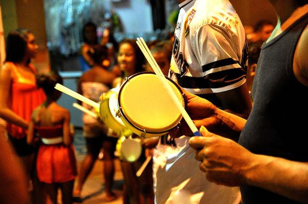 O tamborim é um dos instrumentos que fazem parte da composição do samba.