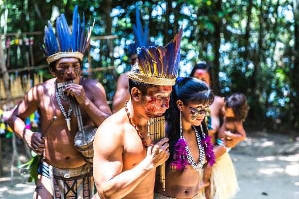 Há no Brasil mais de 800 mil índios, distribuídos em 805 etnias.