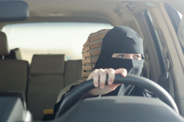 Mulher árabe dirigindo, cena improvável até 2018.