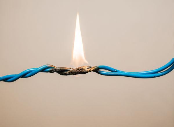 Os curto-circuitos causam aumentos súbitos na temperatura dos fios e podem causar incêndios.
