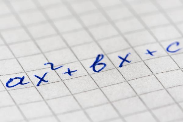 Expressões algébricas são compostas por letras e números.