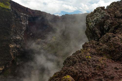 Presença de fumaça na cratera do vulcão Vesúvio